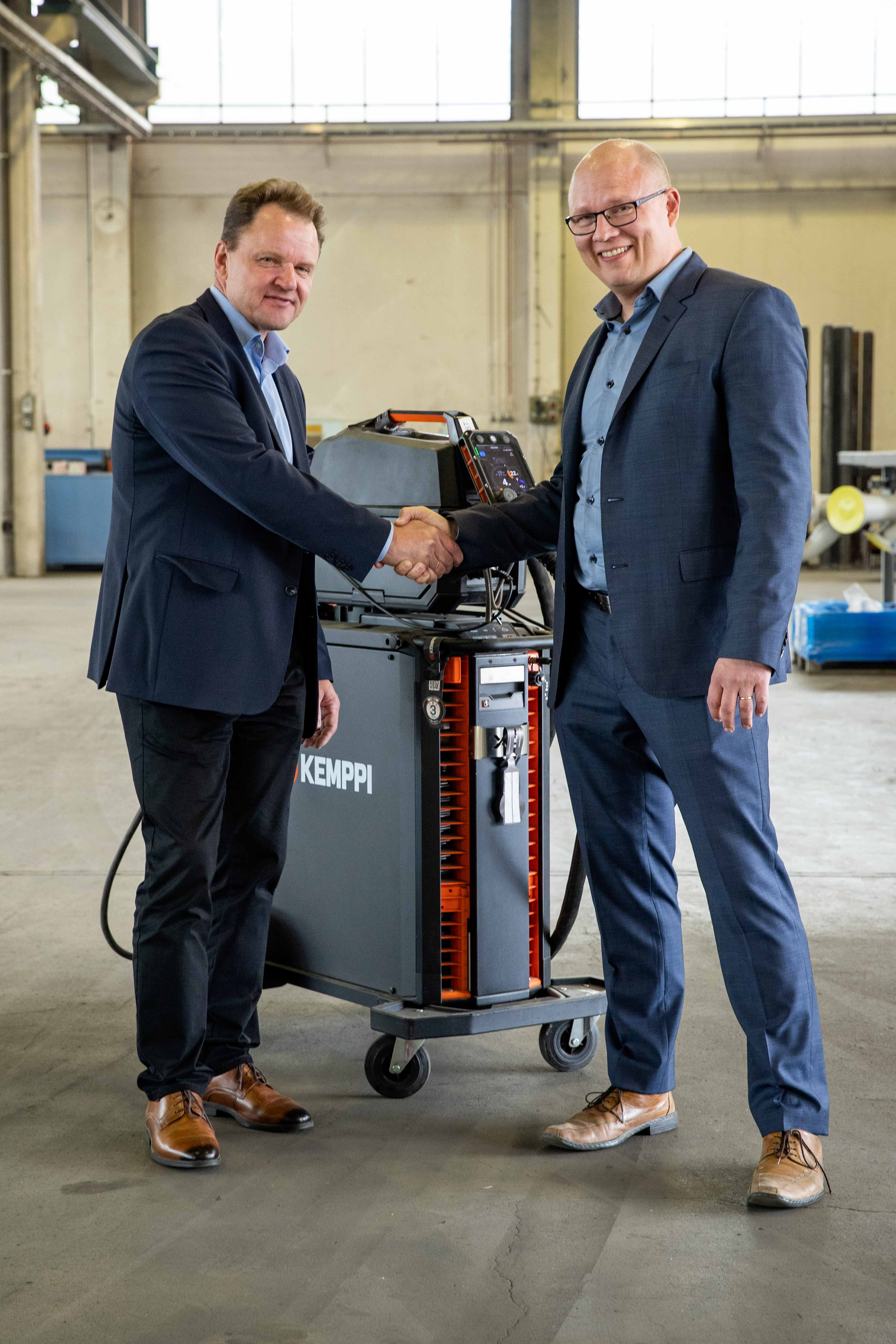 Kemppi's Mikko Väisänen (left) and PipeCloud's Jarno Soinila launch global software cooperation, aiming for the digitalization of welding.